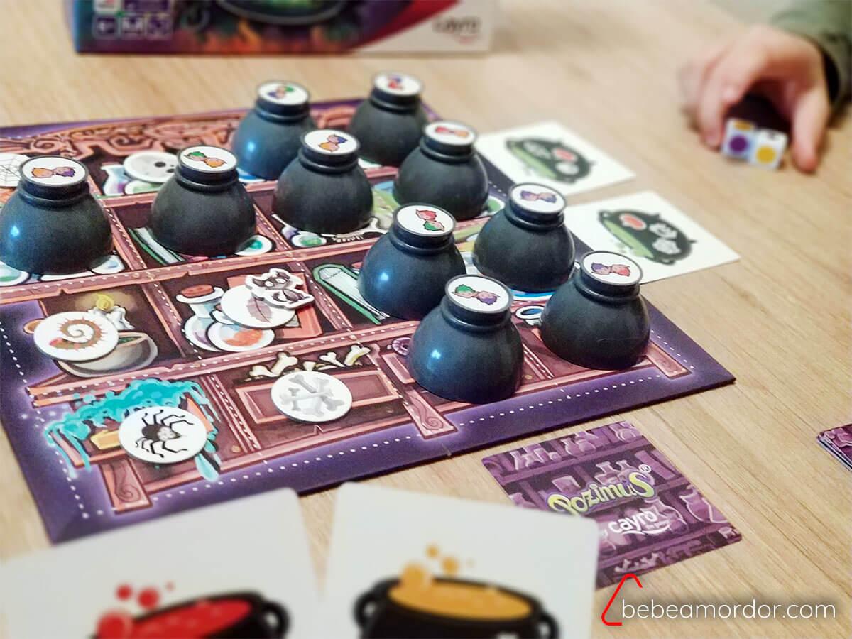Jugando al juego de mesa Pozimus.