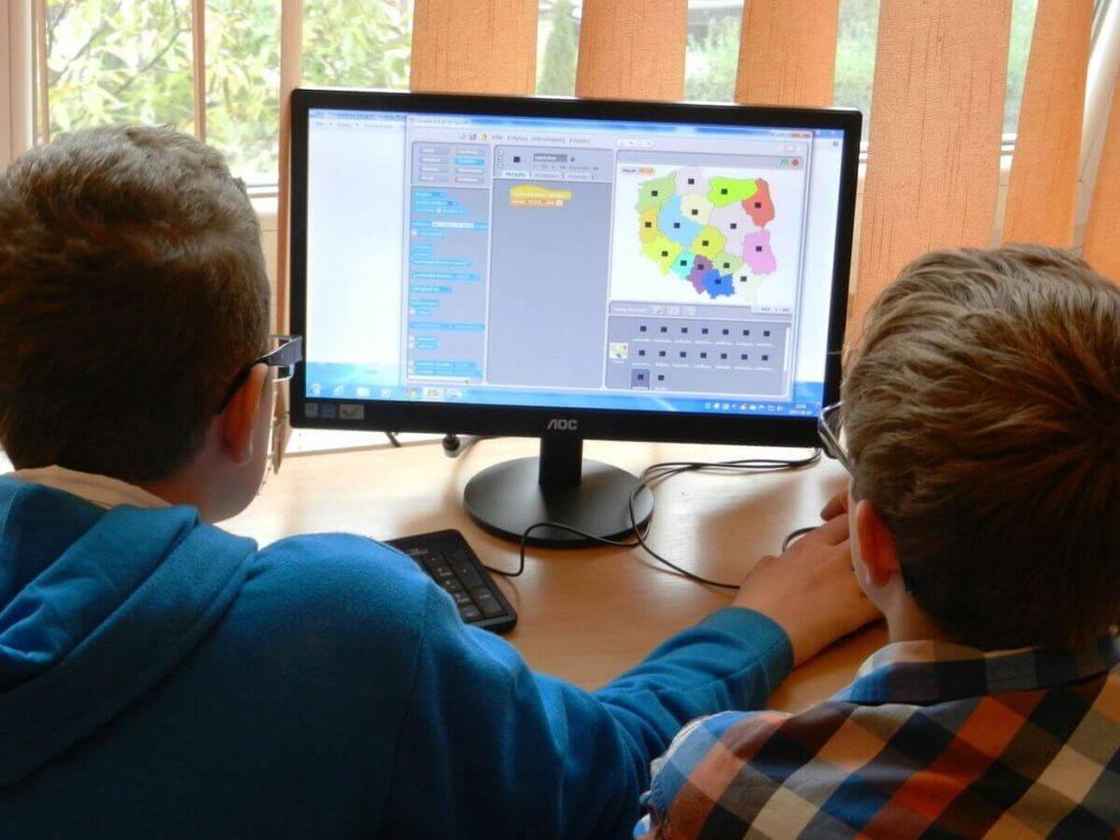 beneficios de la programación para niños y adolescentes