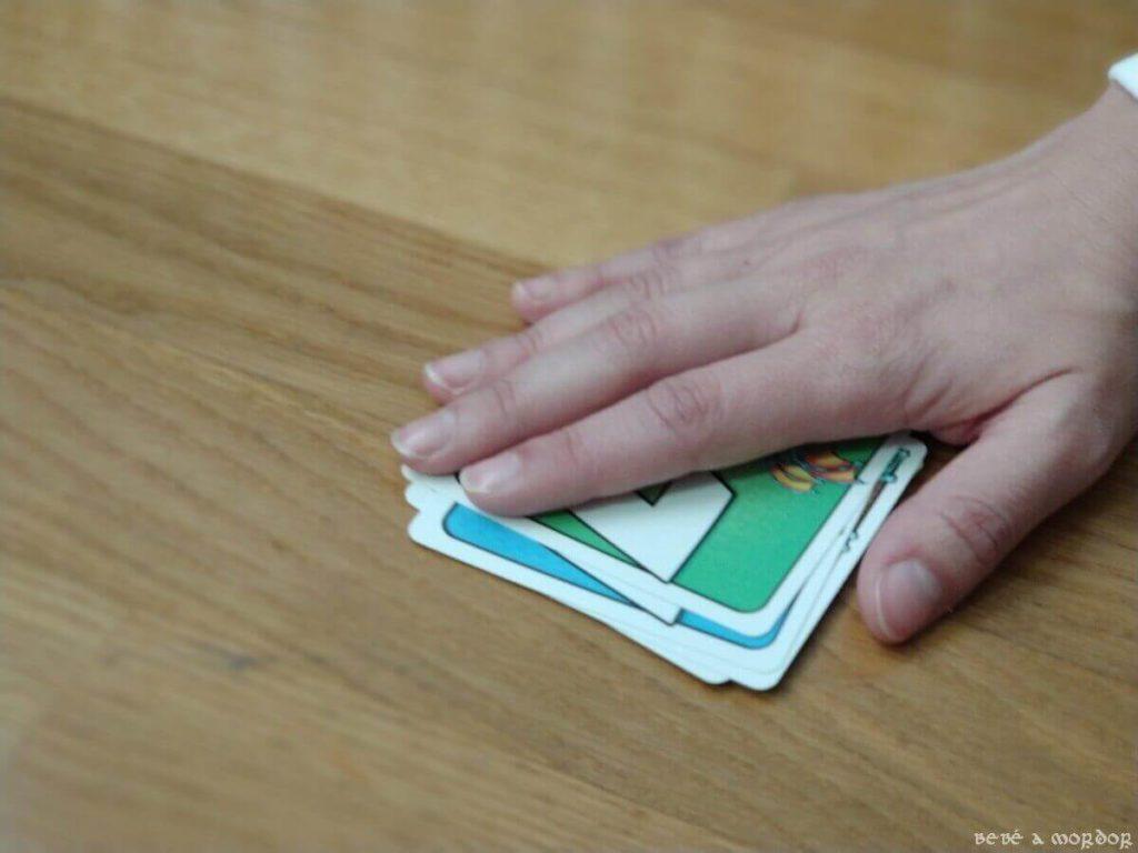 tapar mazo central con la mano