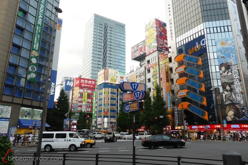 cruce en Akihabara Tokyo friki edificio SEGA con niños