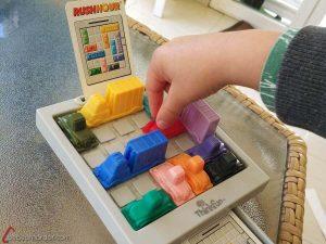 jugando a juego de mesa solitario Rush Hour 8 años