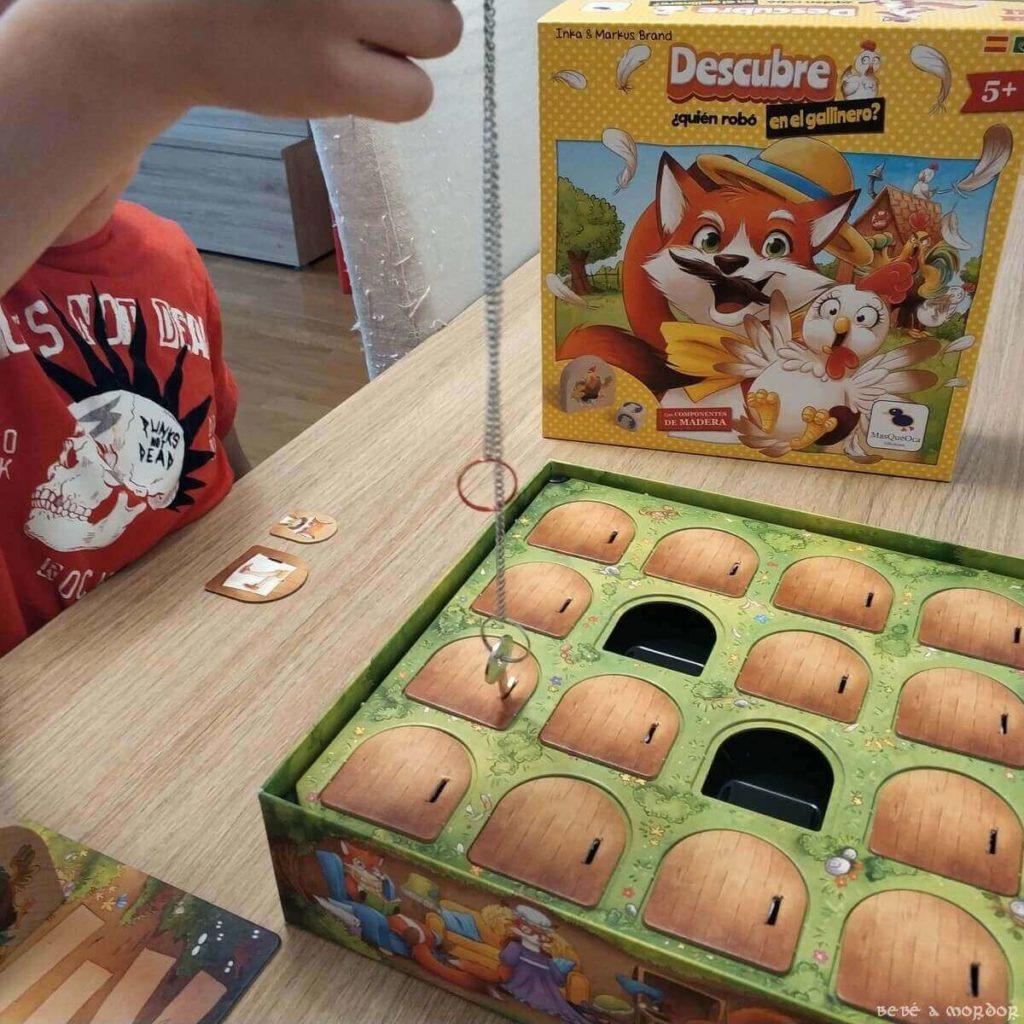 niño jugando a Descubre ¿quién robó en el gallinero?