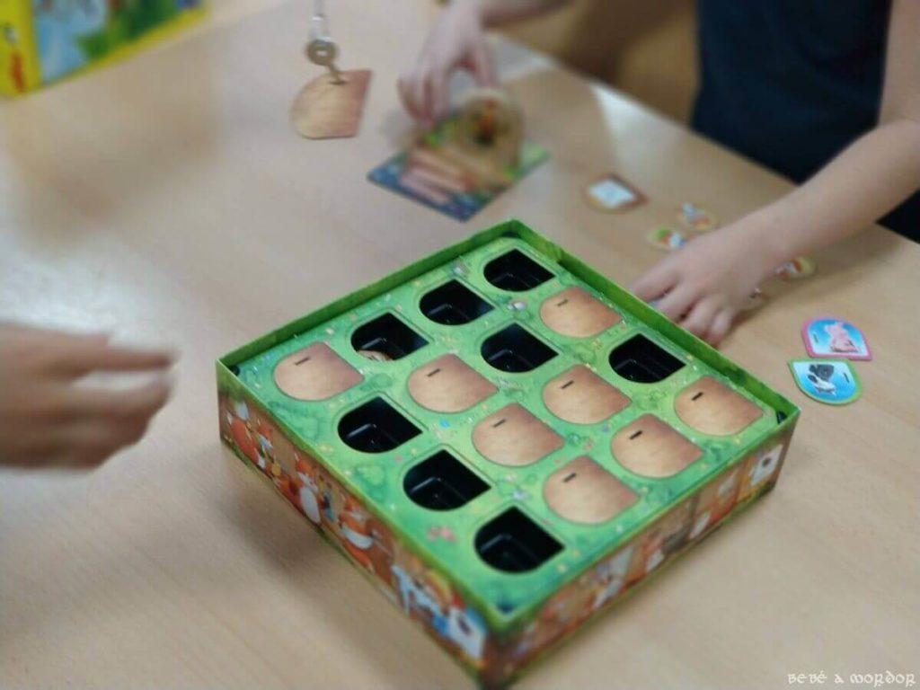 jugando al juego de mesa Descubre ¿quién robó en el gallinero?