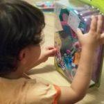 Tritón abriendo caja de Polly Pocket