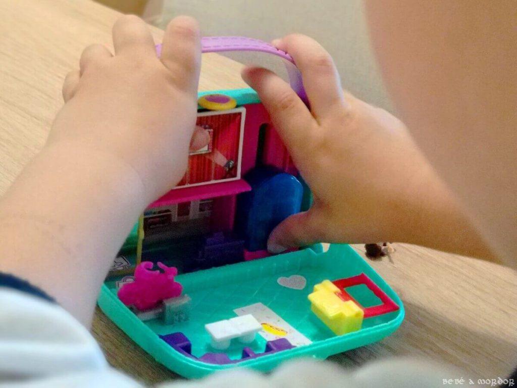 niño jugando con Cofre Bolso Shopping de Polly Pocket