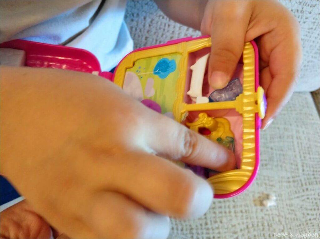 niño abriendo cofre sorpresa