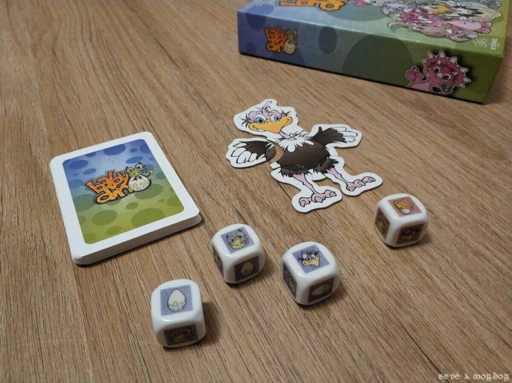 avestruz, mazo de cartas y dados en el centro de la mesa