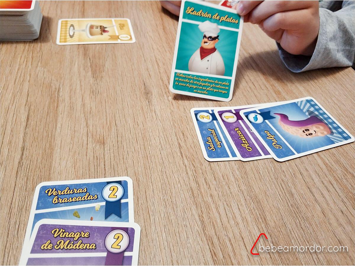 niño usando acción robar juego de mesa