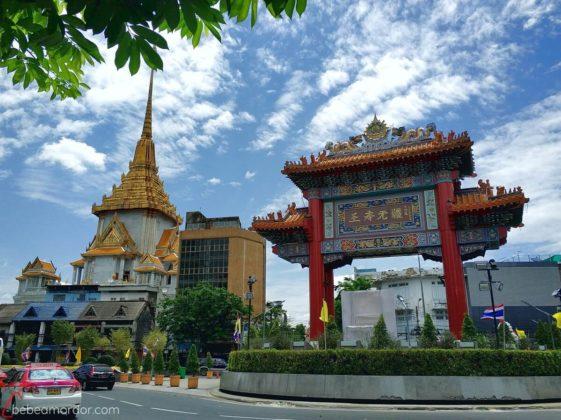 puerta en Chinatown con templo del buda de oro de fondo
