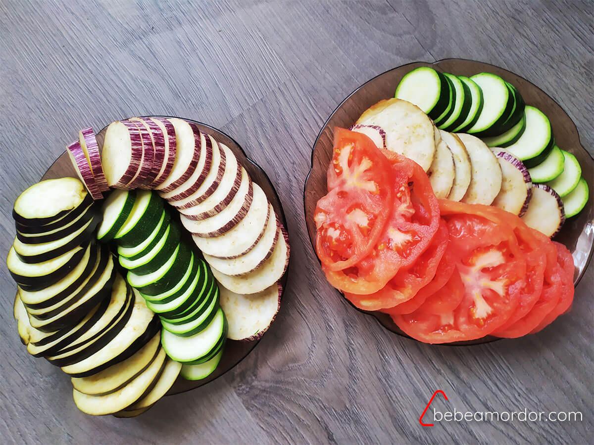 2 platos de verduras en rodajas.