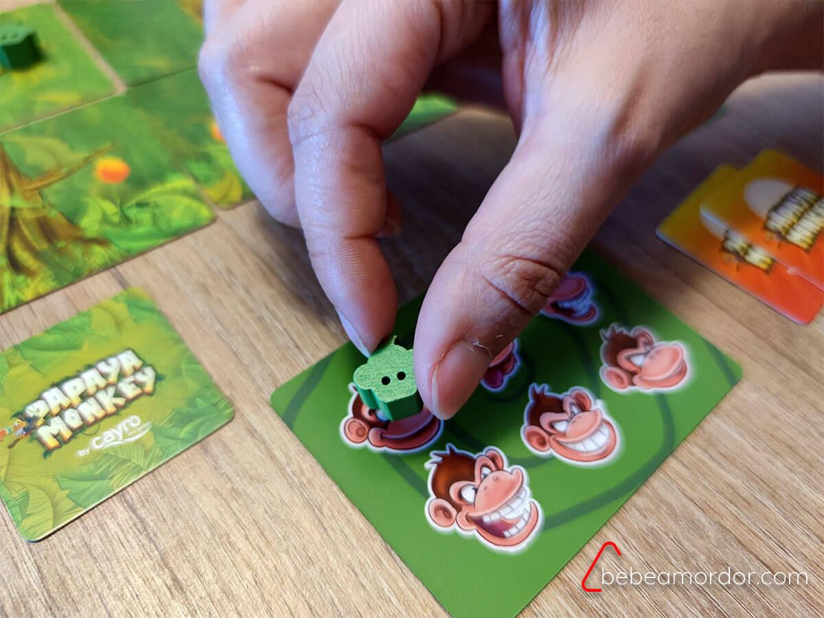 carta de mono en color verde