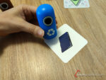 cogiendo contenedor azul